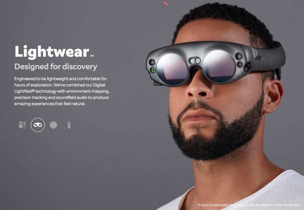 正如苹果在今年开发者大会上推出的 ARkit,指明手机成为近两年 AR 的重要载体。Magic Leap One 的出现,则表明了从手机到 MR 眼镜的进化过程中,一个中间形态的产品是怎样的。而从 Magic Leap 曝光的 MR 头显上,我们也可以看出未来 2-3 年内 MR 在硬件、交互和内容上的发展趋势。 硬件:分体式头显将成主流 虽然微软为其 MR 头显 HoloLens 研发了 HPU(Holographic Process Unit),Movidius 研发出 VPU(Visual Proc