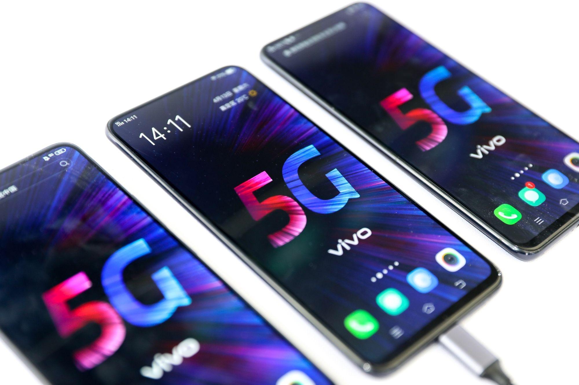 2020年10月30日,中国信通院最新报告,我国 5G 手机产品款型数占比已超一半