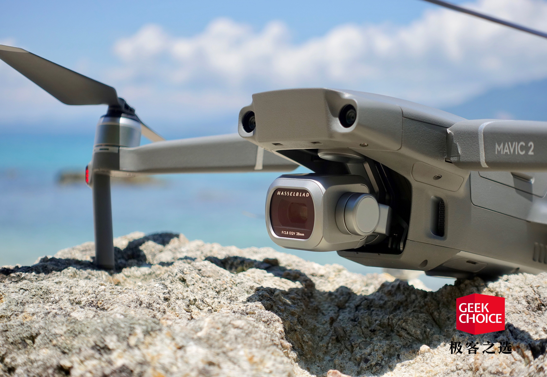 DJI Mavic 2 无人机可折叠设计,运动水壶大小