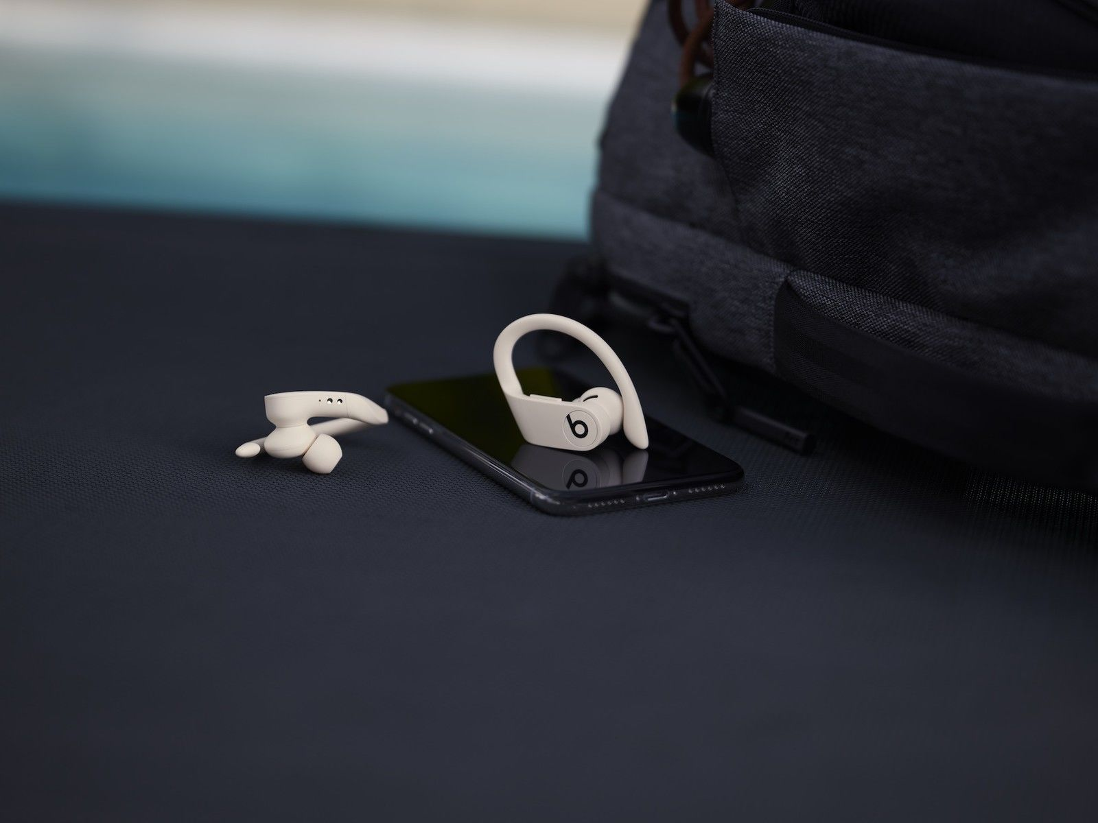 QnA VBage 苹果发新款 Beats 无线耳机,售 1888 元;刘强东旗下公司回应章泽天卸任董事;ofo 否认破产传闻